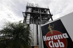 """<p>Après des années de bataille juridique avec Bacardi sur l'utilisation de la marque de rhum """"Havana Club"""" aux Etats-Unis, la cour suprême des Etats-Unis a obligé Pernod Ricard à jeter l'éponge. /Photo d'archives/REUTERS/Desmond Boylan</p>"""