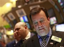 Трейдеры работают в торговом зале Нью-Йоркской фондовой биржи, 11 мая 2012 года. Американские акции снизились в понедельник, так как инвесторы были осторожны ввиду ухудшения политической ситуации в Европе и, возможно, более значительного, чем ожидалось, замедления экономики Китая. REUTERS/Brendan McDermid