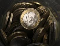Монеты евро, сфотографированные в Варшаве, 18 января 2011 года. Евро упал до четырехмесячного минимума к доллару во вторник, так как политический тупик в Греции обострил опасения в том, что страна может покинуть еврозону. REUTERS/Kacper Pempel