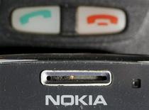 Телефон Nokia в Варшаве 8 мая 2012 года. Nokia запустила в продажу две бюджетных модели сотовых телефонов во вторник, пытаясь восстановить пошатнувшиеся позиции на развивающихся рынках. REUTERS/Kacper Pempel