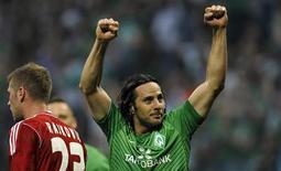 Claudio Pizarro, do Werder Bremen, comemora após marcar gol durante partida contra o Hamburg SV em Bremen, em setembro de 2011. O atacante, dono do recorde de gols marcados por um estrangeiro no Campeonato Alemão, disse que vai deixar o clube. Foto de arquivo 10/09/2011 REUTERS/Morris Mac Matzen