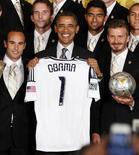 O presidente dos EUA, Barack Obama, segura camisa ao lado de jogadores do Los Angeles durante encontro em Washington. REUTERS/Larry Downing