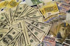 Купюры доллара США, евро, швейцарского франка и венгерского форинта в отделении банка в Будапеште, 8 августа 2011 года. Доля доллара США в резервных валютных активах Банка России на 1 января 2012 года выросла до 45,5 процента с 45,2 процента на 1 января 2011 года, говорится в годовом отчете ЦБР. REUTERS/Bernadett Szabo