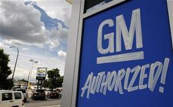 Рекламный щит автодилера GM в Денвере, 1 июня 2009 года. General Motors Co прекратит размещение рекламы в сети Facebook, заявила компания. REUTERS/Rick Wilking