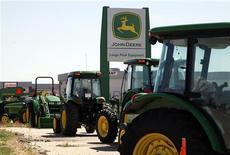 Коммеречская техника John Deere в дилерском центре в Лонгмонте, штат Колорадо, 18 августа 2010 года. Deere & Co, крупнейший в мире производитель сельскохозяйственного оборудования, нарастил квартальную прибыль и повысил прогноз на весь текущий год. REUTERS/Rick Wilking