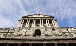 Здание Банка Англии в Лондоне, 6 октября 2011 года. Инфляция в Великобритании, скорее всего, останется выше 2-процентного ориентира по меньшей мере еще год, а рост будет подавленным и уязвимым к долговому кризису еврозоны, говорится в прогнозе Банка Англии, опубликованном в среду. REUTERS/Suzanne Plunkett