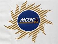 Плакат с логотипом компании МОЭСК на мероприятии, посвященном открытии зарядной станции для электрокаров в Москве, 28 февраля 2012 года. Власти РФ одобрили инвестпрограмму крупнейшей в России распределительно-сетевой компании МОЭСК на 2012-2017 годы в сумме 274 миллиарда рублей с учетом новых тарифных решений, ограничивающих рост среднего сетевого тарифа 11 процентами с июля этого года. REUTERS/Sergei Karpukhin