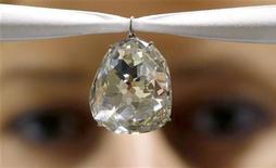 Um funcionário da casa de leilões Sotheby's mostra o diamante Beau Sancy durante uma prévia para a mídia em Zurique, 2 de maio de 2012. REUTERS/Arnd Wiegmann