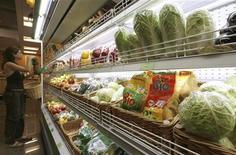 Женщина выбирает фрукты в супермаркете в Москве, 22 июня 2007 года. Крупнейший по выручке российский продуктовый ритейлер X5 Retail Group сократил чистую прибыль по МСФО в первом квартале 2012 года на 31,6 процента к аналогичному периоду прошлого года до $66,3 миллиона в результате резкого спада продаж и сопоставимой выручки. REUTERS/Sergei Karpukhin