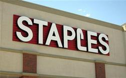 Логотип Staples на здании магазина в Брумфилде, штат Колорадо, 17 августа 2011 года. Результаты Staples Inc, крупнейшего в США производителя офисных товаров, разочаровали инвесторов в первом квартале 2012 года из-за слабых продаж на международных рынках, таких как Европа и Австралия. REUTERS/Rick Wilking