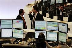 Трейдеры работают в торговом зале Франкфуртской фондовой биржи, 8 мая 2012 года. Европейские рынки акций открылись в четверг почти без изменений, но тут же начали снижаться, так как политический и финансовый кризис в Греции продолжает пугать инвесторов. REUTERS/Remote/Fabrizio Bensch