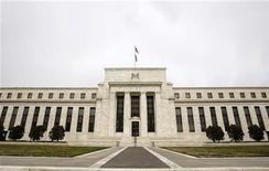 Здание ФРС США в Вашингтоне, 18 марта 2008 г. ФРС США оставила дверь открытой для новых монетарных стимулов, сославшись на понижательные риски для экономики, свидетельствует протокол апрельского заседания Центробанка. REUTERS/Jason Reed