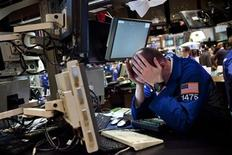 Трейдер на Нью-Йоркской фондовой бирже 27 апреля 2012 года. Фондовые рынки США немного снизились при открытии торгов четверга на фоне опасений о состоянии экономики и банковской системы Испании, а также на фоне слабой статистики США. REUTERS/Andrew Burton