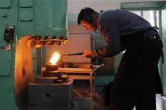 Рабочий выплавляет палладиевый слиток с содержанием металла 99,98 процента на заводе Красцветмет в Красноярске 12 апреля 2012 года. Рост промышленности РФ оказался в апреле 2012 года хуже самых пессимистичных прогнозов при сокращении производства электроэнергии, сдержанных показателях ряда секторов обрабатывающей и экспортной отраслей из-за ожиданий слабого внешнего спроса и отсутствия ощутимого притока инвестиций на фоне достижения докризисного уровня загрузки мощностей. REUTERS/Ilya Naymushin