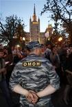 Боец ОМОНа стоит возле лагеря оппозиции в центре Москвы 16 мая 2012 года. Продолжающиеся в столице протесты против возвращения Владимира Путина в Кремль вылились в новые столкновения с полицией и арест еще одного лидера оппозиции, которая предупреждает, что жесткие меры лишь усиливают социальную напряженность. REUTERS/Sergei Karpukhin