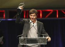 Actor Dennis Quaid, recipient of the Male Star of the Year Award, holds up his award during the ShoWest Award show at the Paris Las Vegas resort in Las Vegas, Nevada April 2, 2009. REUTERS/Steve Marcus