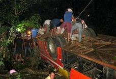 Спасатели ищут жертв автокатастрофы в провинции Даклак 18 мая 2012 года. Пассажирский автобус упал ночью в реку в Центральном нагорье Вьетнама, в результате чего погибли 34 человека и еще как минимум 25 человек получили травмы, пишут в пятницу государственные газеты. REUTERS/Vietnam News Agency