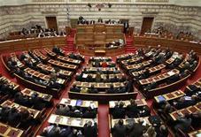 Заседание греческого парламента в Афинах, 28 февраля 2012 года. Греческие партии, выступающие за получение страной финансовой помощи от международных кредиторов, могут надеяться на предпочтение избирателей на предстоящих 17 июня парламентских выборах, свидетельствует опрос общественного мнения. REUTERS/John Kolesidis