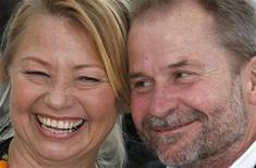 """A atriz Margarethe Tiesl e o diretor Ulrich Seidl, do filme """"Paradies: Liebe"""" (Paraíso: Amor), posam para foto durante o Festival de Cannes, na França, nesta sexta-feira. 18/05/2012 REUTERS/Vincent Kessler"""