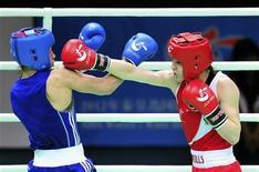 A irlandesa Katie Taylor (direita) atinge um soco na russa Sofya Ochigava durante a partida da divisão de 60kg no AIBA World Women's Boxing Championships na cidade do norte da China de Qinhuangdao, 19 de maio de 2012. REUTERS/China Daily