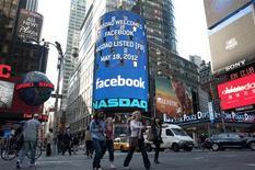 <p>La première journée chaotique de Facebook en Bourse, vendredi, suscite une série de questions sur la stratégie très secrète adoptée par Morgan Stanley, la principale banque ayant participé au processus d'introduction sur le Nasdaq, pour cette opération pourtant très médiatisée. /Photo prise le 18 mai 2012/REUTERS/Keith Bedford</p>