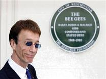 Robin Gibb, do Bee Gees, posa em frente a placa afixada em prédio no centro de Londres, em maio de 2008. O vocalista e fundador do Bee Gees morreu após uma longa batalha contra o câncer. Foto de arquivo 10/05/2008 REUTERS/Luke MacGregor