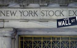 <p>Wall Street débute en légère hausse lundi. Dans les premiers échanges, le Dow Jones progresse de 0,34% à 12.411,38 points. Le Standard & Poor's, plus large, prend 0,35% à 1.299,81 points, tandis que le composite du Nasdaq avance de 0,2% à 2.785,41 points. /Photo d'archives/REUTERS/Brendan Mcdermid</p>