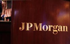 <p>Le PDG de JPMorgan Chase Jamie Dimon a annoncé lundi que la banque avait suspendu ses rachats d'actions, mais qu'elle maintenait son dividende, tout en s'attelant à la réduction de ses positions perdantes sur le marché des dérivés de crédit. /Photo d'archives/REUTERS/Lucas Jackson</p>