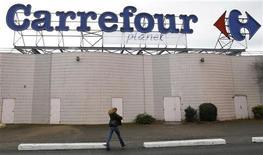 <p>Carrefour, dont la part de marché ne cesse de s'éroder en France, s'apprête à commercialiser une nouvelle ligne de cosmétiques sous sa propre marque pour tenter de conquérir et fidéliser de nouvelles clientes. /Photo d'archives/REUTERS/Regis Duvignau</p>