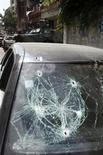 <p>Un grupo de soldados libaneses permanece al interior de un vehículo blindado ubicado detrás de un automóvil con impactos de bala luego de una serie de enfrentamientos entre grupos suníes y pro sirios en el distrito Tariq al-Jadideh de Beirut, mayo 21 2012. Cientos de hombres armados islamistas dispararon al aire el lunes cuando despedían los restos de un clérigo musulmán suní cuya muerte desató enfrentamientos en las calles de Líbano, trasladando la violencia de la revuelta siria al país vecino. REUTERS/Sharif Karim</p>