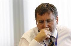 <p>Philip Clarke, directeur général de Tesco, a renoncé à percevoir sa prime annuelle en raison de la mauvaise performance du groupe au Royaume-Uni, annonce le numéro trois mondial de la distribution. /Photo prise le 9 mai 2011/REUTERS/Suzanne Plunkett</p>