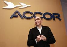 <p>Denis Hennequin, le PDG d'Accor. Le groupe hôtelier annonce avoir conclu la vente de ses chaînes d'hôtellerie économique aux Etats-Unis, Motel 6 et Studio 6, pour 1,9 milliard de dollars (1,5 milliard d'euros environ) à un fonds d'investissement filiale de Blackstone Group. /Photo prise le 23 février 2011/REUTERS/Jacky Naegelen</p>