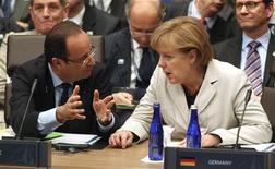 <p>François Hollande et Angela Merkel, ici lors du sommet de l'OTAN à Chicago, tâcheront de trouver un terrain d'entente sur la question très controversée des euro-obligations lors du Conseil européen de mercredi. /Photo prise le 21 mai 2012/REUTERS/Jeff Haynes</p>