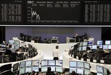 Помещение Франкфуртской фондовой биржи, 4 мая 2012 года. Европейские акции снижаются после двухдневного ралли, поскольку инвесторы проявляют осторожность накануне встречи лидеров Евросоюза. REUTERS/Remote/Marte Kiessling