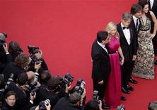 """O diretor Walter Salles (degundo à direita) e membros do elenco posam durante a cerimônia de tapete vermelho para o filme """"On The Road"""", no 65o Festival de Cinema de Cannes, 23 de maio de 2012. REUTERS/Virginia Mayo/Pool"""