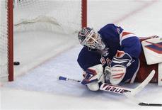 """Вратарь """"Нью-Йорк Рейнджерс"""" Хенрик Лундквист лежит на льду после шайбы, пропущенной от игрока """"Нью-Джерси"""" Трэвиса Зэйджака в матче НХЛ в Нью-Йорке 23 мая 2012 года. """"Нью-Джерси"""" сделал большой шаг к финалу Кубка Стэнли, в среду вечером в гостях обыграв """"Нью-Йорк Рейнджерс"""" со счетом 5-3, по ходу матча упустив преимущество в три шайбы. REUTERS/Ray Stubblebine"""
