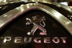 """Логотип Peugeot на автомобиле в Париже, 13 января 2009 года. PSA Peugeot Citroen представил новый седан для развивающихся рынков и планирует выпуск аналогичных """"облегченных"""" моделей, чтобы снизить зависимость от серьезно пострадавших от кризиса европейских площадок. REUTERS/Charles Platiau"""