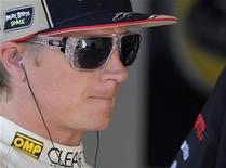 O piloto da Lótus, Kimi Raikkonen, da Finlândia, observa durante a primeira sessão de treinos do Grande Prêmio de Mônaco, 24 de maio de 2012. REUTERS/Olivier Anrigo