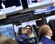Трейдеры работают в торговом зале нью-йоркской фондовой биржи, 23 мая 2012 года. Американские рынки акций подросли третью сессию подряд, однако, индекс Nasdaq снизился после выхода слабого прогноза выручки NetApp, сгустившего тучи над технологическим сектором. REUTERS/Brendan McDermid