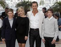 """Membros do elenco do filme """"Mud"""" Jacob Lofland, Reese Witherspoon, Matthew McConaughey e Tye Sheridan posam para foto no 65o Festival de Cannes. """"Mud"""", um filme comovente sobre o crescimento de um menino que se passa no Rio Mississippi, estrelado por Matthew McConaughey e Reese Witherspoon, encerrou o Festival de Cinema de Cannes no sábado, sendo muito aplaudido numa apresentação à imprensa. 26/05/2012 REUTERS/Jean-Paul Pelissier"""