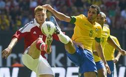 Bendtner, da Alemanha, disputa bola com Sandro, do Brasil, durante amistoso em Hamburgo. O atacante Hulk marcou duas vezes e foi o destaque da seleção brasileira na vitória por 3 x 1 contra a Dinamarca em amistoso disputado neste sábado em Hamburgo. 26/05/2012 REUTERS/Fabian Bimmer