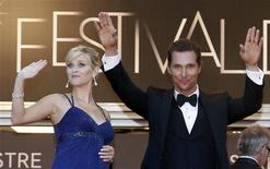 "Cast members Matthew McConaughey (R) and Reese Witherspoon arrive on the red carpet for the screening of the film ""Mud"", in competition at the 65th Cannes Film Festival, May 26, 2012. REUTERS/Jean-Paul Pelissier"
