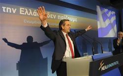 """Лидер консервативной партии """"Новая демократия"""" Антонис Самарас на встрече со своими стоими сторонниками в Афинах, 26 мая 2012 года. Греческие консерваторы вновь вырвались вперед в предвыборных опросах, что позволит стране сформировать правительство, выступающее за международную финансовую помощь и желающее сохранить ее в зоне евро. REUTERS/Willy Antoniou/Handout"""