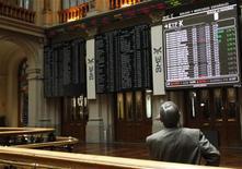 Мужчина смотрит на информационные экраны на Мадридской фондовой бирже 23 мая 2012 года. Европейские акции растут, поскольку, по данным опросов, перед выборами в Греции лидирует консервативная партия, поддерживающая получение страной финансовой помощи извне. REUTERS/Andrea Comas