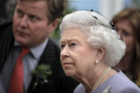 Britain's Queen Elizabeth visits the Chelsea Flower Show on press day in London May 21, 2012. REUTERS/Lefteris Pitarakis/Pool