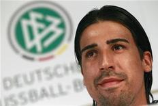 O jogador alemão de futebol Sami Khedira ouve durante uma coletiva de imprensa em Tourettes, no sul da França, 28 de maio de 2012. REUTERS/Ina Fassbender