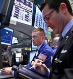 Трейдеры на торгах Нью-Йоркской фондовой биржи 23 мая 2012 года. Акции США открыли торги ростом. REUTERS/Brendan McDermid