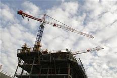<p>Les mises en chantier et permis de construire de logements ont de nouveau reculé en avril, portant la baisse sur trois mois à 1,3% et 3,3% respectivement par rapport aux trois mois précédents, selon les chiffres du ministère de l'Ecologie, du Développement durable et du Logement. /Photo d'archives/REUTERS/Benoît Tessier</p>
