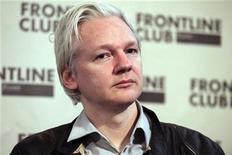 Основатель WikiLeaks Джулиан Ассанж выступает на пресс-конференции в Лондоне 27 февраля 2012 года. Верховный суд Великобритании оставил в силе решение судов низшей инстанции об экстрадиции в Швецию основателя интернет-ресурса WikiLeaks Джулиана Ассанжа, которого ходят допросить в связи с обвинениями в преступлениях сексуального характера. REUTERS/Finbarr O'Reilly