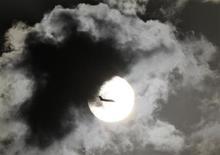 <p>Le trafic aérien de passagers a progressé de 7,4% en rythme annuel en avril, tandis que le trafic de fret a diminué de 4,5%, selon l'Association internationale du transport aérien (Iata). /Photo d'archives/REUTERS/B Mathur</p>